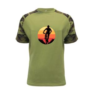 MTB cyklista a západ slnka - Raglan Military
